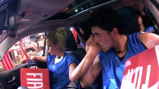 Maycon beija a mão de Isabella na Prova de Resistência Cores Fiat