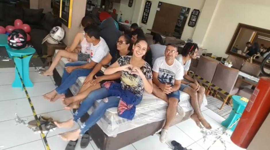 O Big Bed Brasil reuniu 20 participantes em cima de uma cama. (Foto: Reprodução: Facebook)
