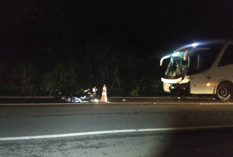 Colisão entre motocicleta e ônibus deixa um morto em Araraquara — Foto: Gabriela Martins/ ACidadeON/Araraquara