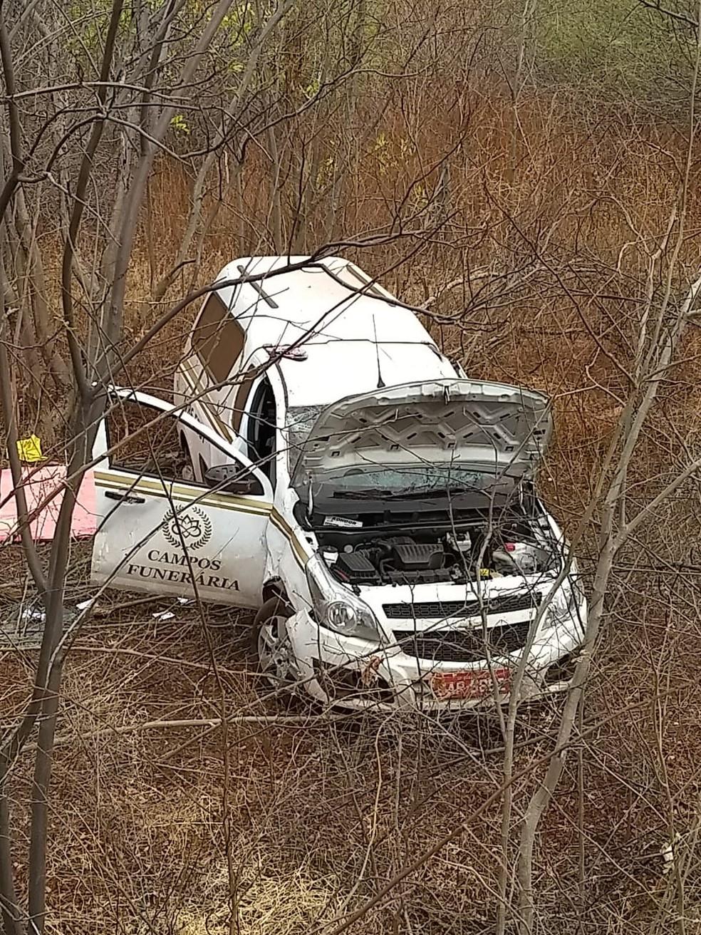 Carro funerário capotou durante o traslado com o corpo, no Norte de Minas — Foto: Corpo de Bombeiros em Janaúba/Divulgação