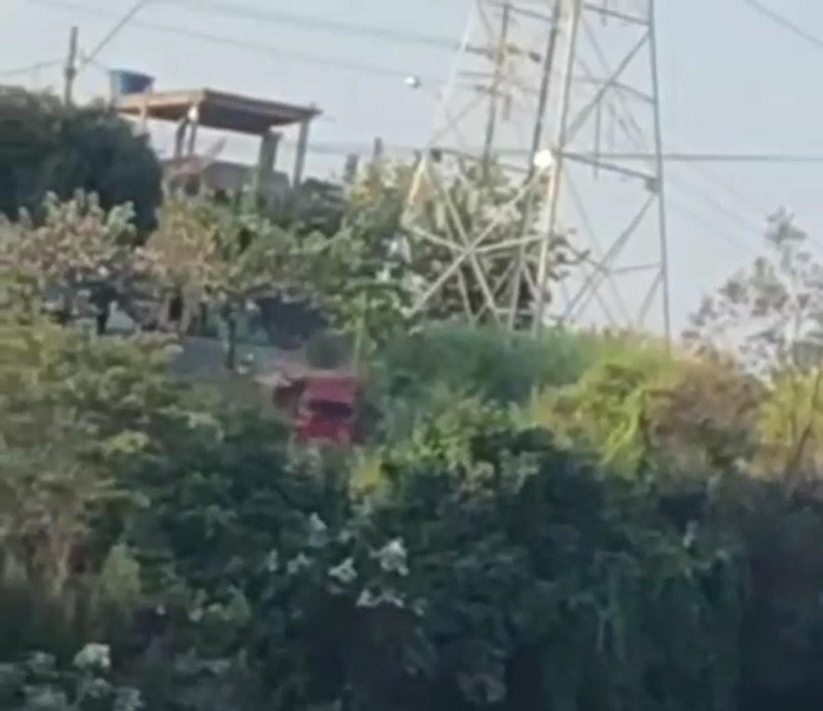 Traficantes jogam carro de facção rival em ribanceira; veja vídeo