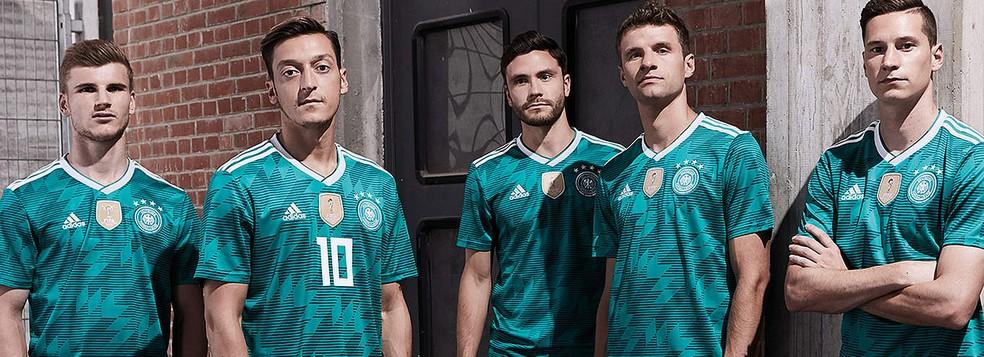 Timo Werner, Ozil, Jonas Hector, Thomas Müller e Draxler no lançamento da nova camisa reserva da Alemanha (Foto: Reprodução)