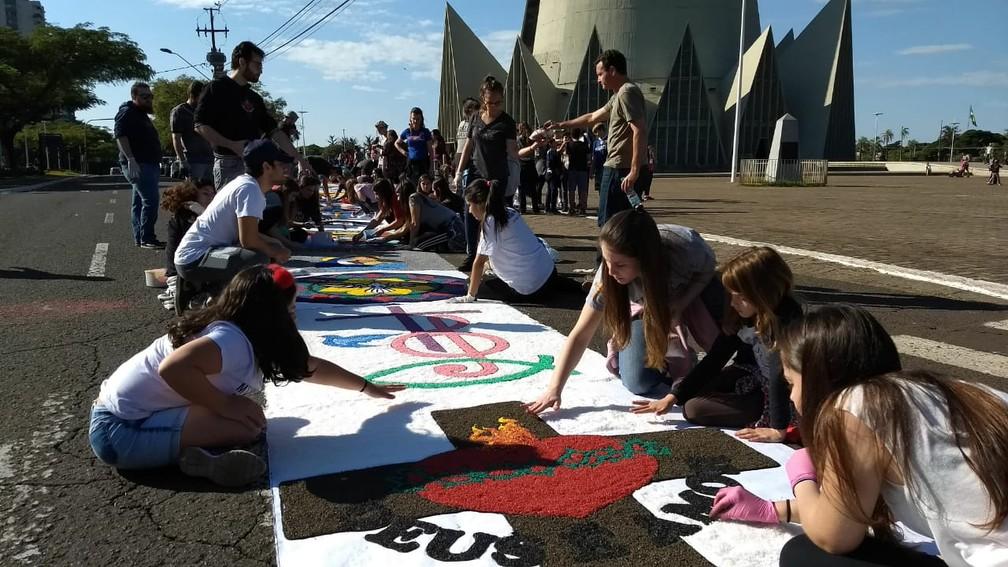 Crianças e adolescentes participam da confecção do tapete de Corpus Christi em Maringá (PR) (Foto: Juliane Guzzoni/RPC)