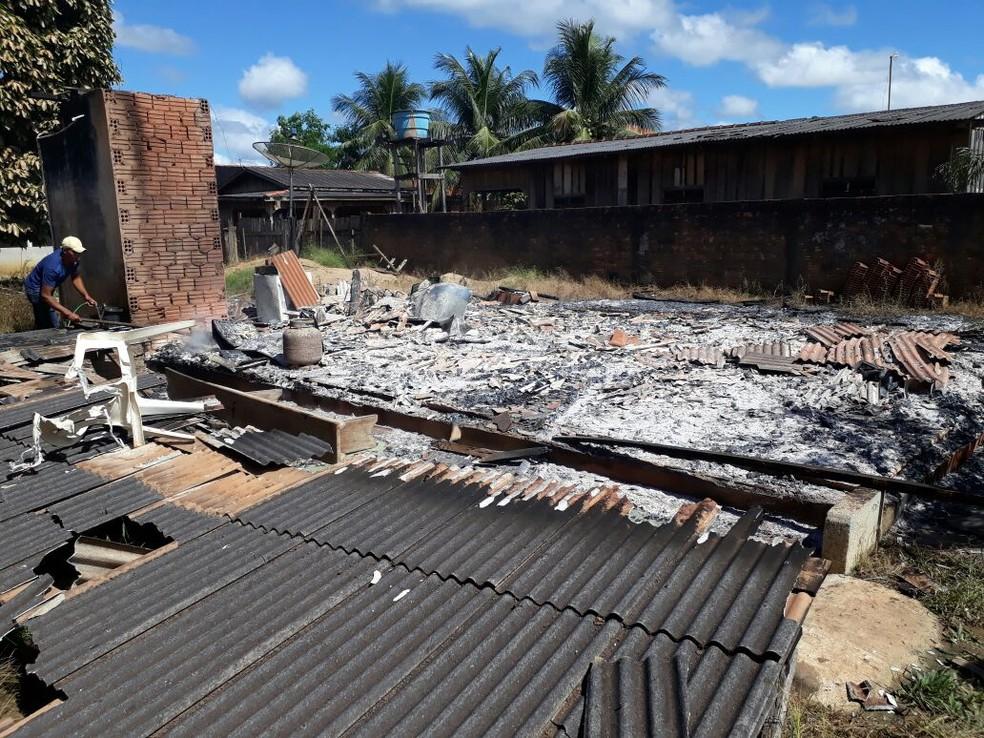 Não há unidade de combate a incêndio na cidade e o imóvel foi destruído (Foto: Redes Sociais/Divulgação)