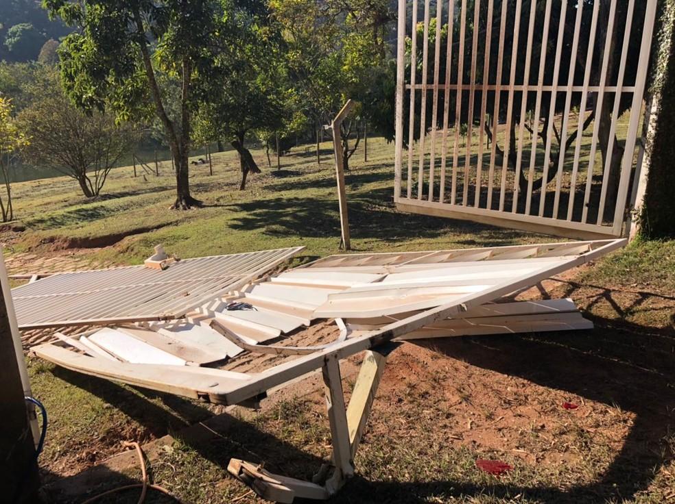 Portão da fábrica de joias foi arrancado pelos assaltantes em Jarinu — Foto: Fernanda Elnour/TV TEM