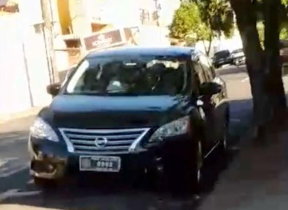 Segundo a denúncia, carro oficial da Câmara estava estacionada na Rua São Paulo, em Assis, com motor ligado — Foto: Bruno Henrique Garcia Paes/Arquivo pessoal