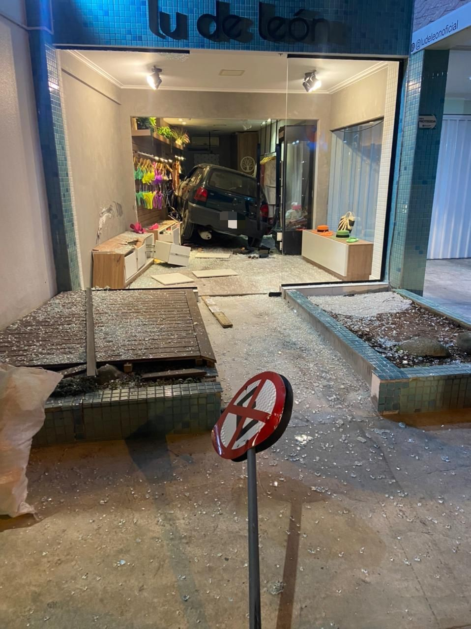 Carro invade loja recém-reformada em Balneário Camboriú; VÍDEO