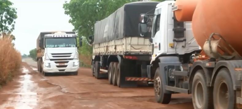 Caminhoneiros dizem trânsito na MA-006 pode parar devido buracos e lama - Notícias - Plantão Diário