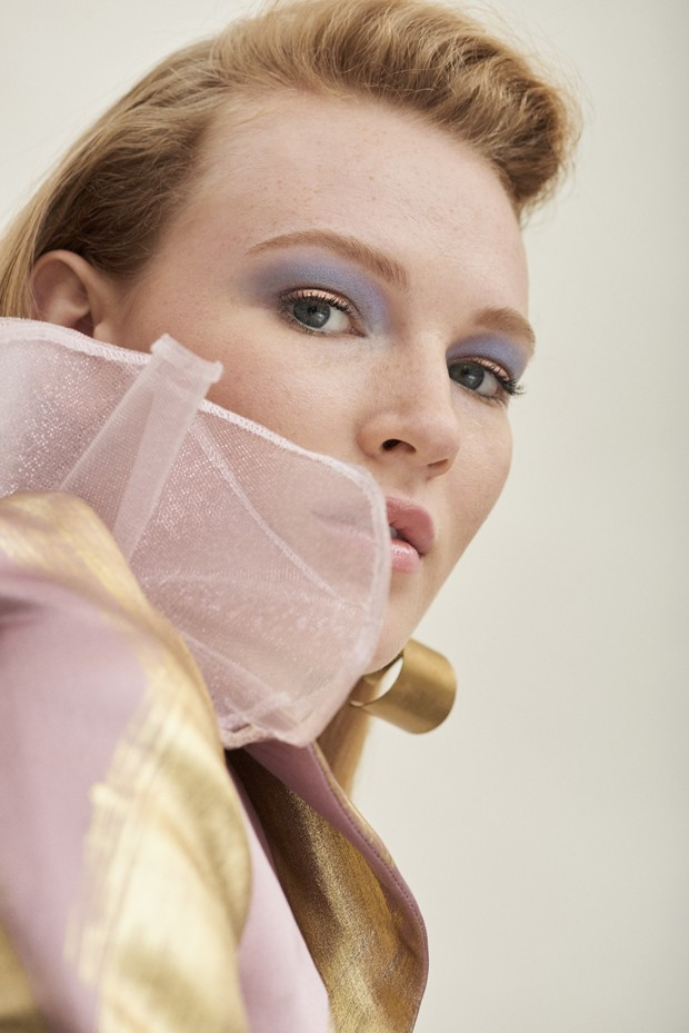 Modelo veste Kaimin e brincos Fay Andrada. Maquiagem: Rebecca Muir   (Foto: Benjamin Madgwick)