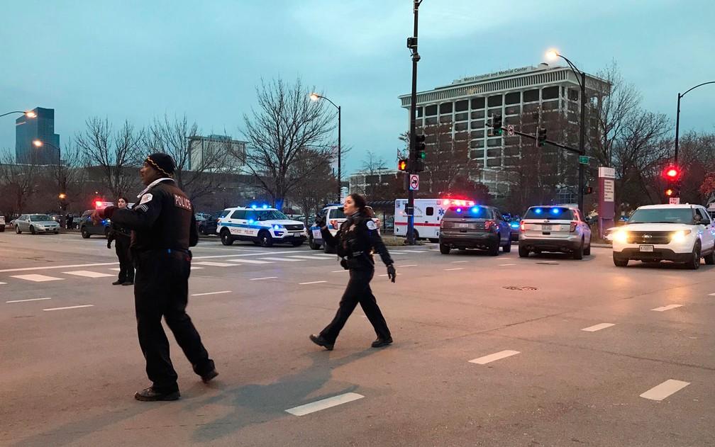 Policiais são vistos do lado de fora do Mercy Hospital, em Chicago, após tiroteio na segunda-feira (19) — Foto: AP Photo/Amanda Seitz