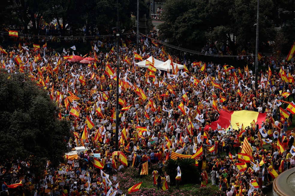 A passeata, convocada pela organização Sociedade Civil Catalã e outras dez entidades, percorreu o Paseo de Gràcia, uma das principais avenidas de Barcelona (Foto: Manu Fernandez/AP)