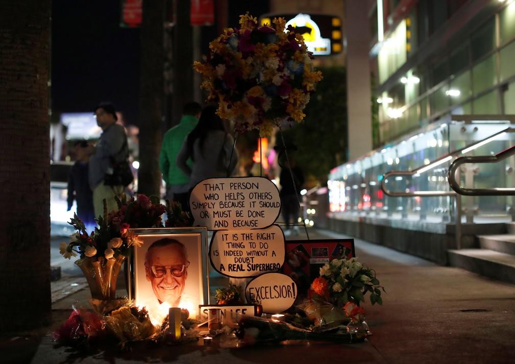 Fãs de Stan Lee prestam homenagem em Calçada da Fama, em Hollywood — Foto: REUTERS/Mario Anzuoni