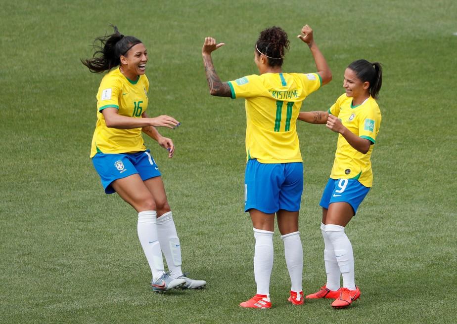 Estreia do Brasil na Copa e show de Cristiane levam a internet ao delírio