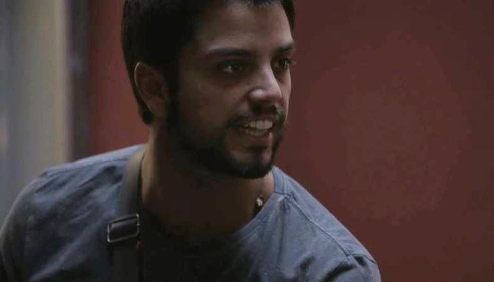 Bruno (Rodrigo Simas) discute com Valéria e sai de casa em Órfãos da Terra — Foto: TV GLOBO