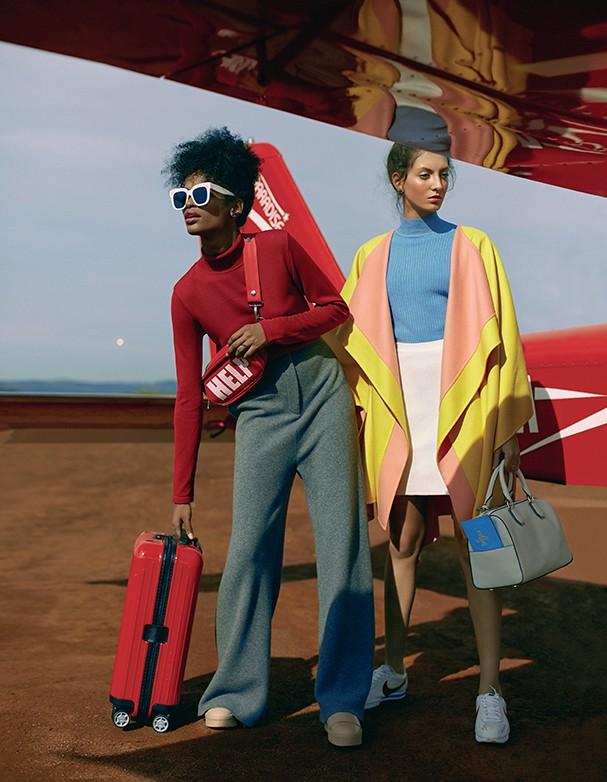 A modelo posa para foto sentada na asa do avião usando jaqueta Karin Matheus, camisa e calça Replay, e tênis Nike. À direita, a modelo posa para foto vestindo tricô À La Garçonne, macacão A. Niemeyer, tênis e bolsa Nike, e óculos Céline. São Paulo (Cid.)  (Foto: Ivan Erik/Arquivo Vogue)