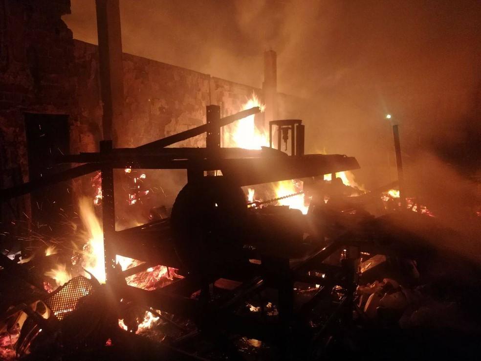 Incêndio atingiu galpões no bairro de Jardim São Paulo, no Recife (Foto: Corpo de Bombeiros/Divulgação)