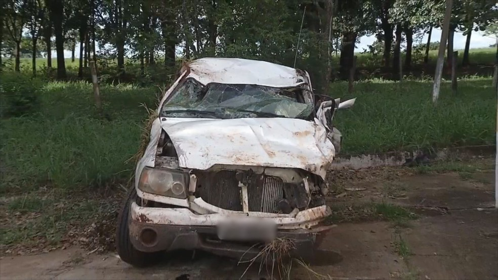 Com o impacto da batida, veículo ficou danificado em rodovia de Andradina — Foto: Reprodução/ TV TEM
