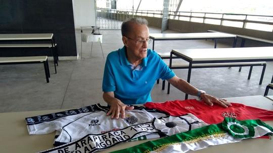Seu Lau vai ao Rei Pelé e mostra camisas que marcaram a história do Alagoano