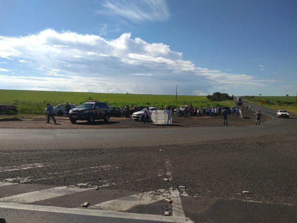 Rodovia é liberada após manifestação de sem-terra próximo a Campo Florido
