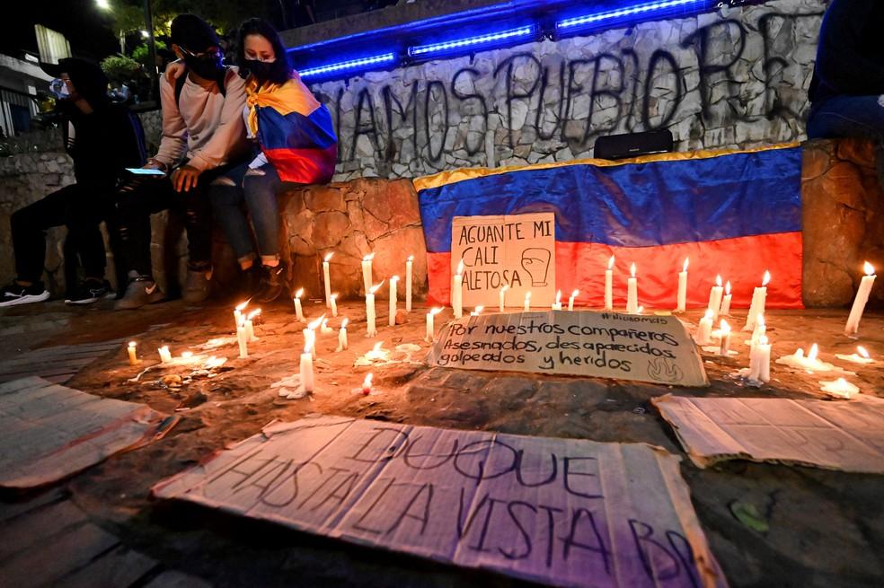 Vigília montada em Cali no domingo (2) em homenagem a mortos em protestos na Colômbia — Foto: Luis Robayo/AFP