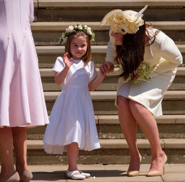 A Princesa Charlotte acena depois da cerimônia de casamento de Harry e Meghan (Foto: Reprodução / Instagram)