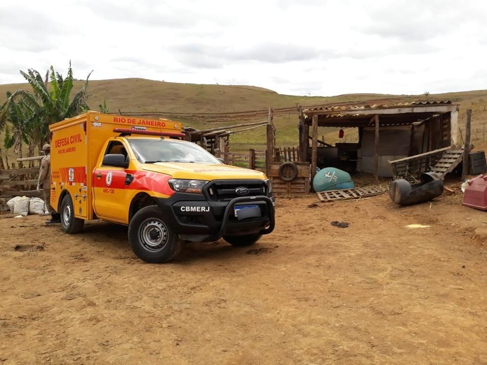 Viatura da Defesa Civil acionada para recolher cadáver carbonizado. — Foto: Reprodução/Sandro Barra