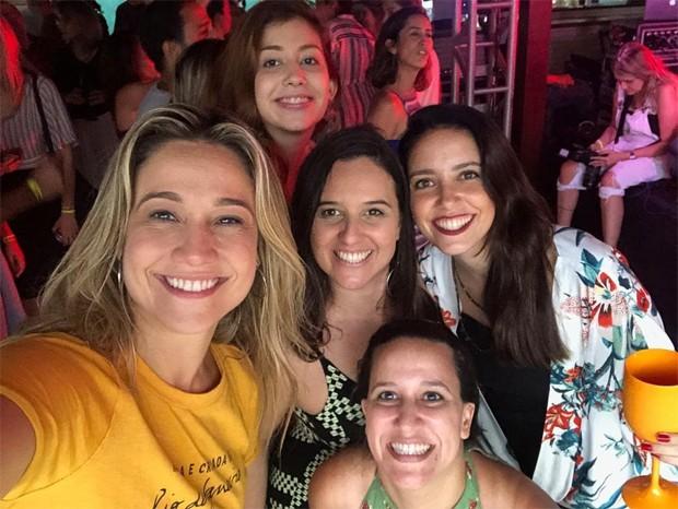 Fernanda Gentil celebra aniversário com muito samba e beijo na boca (Foto: Reprodução/Instagram)