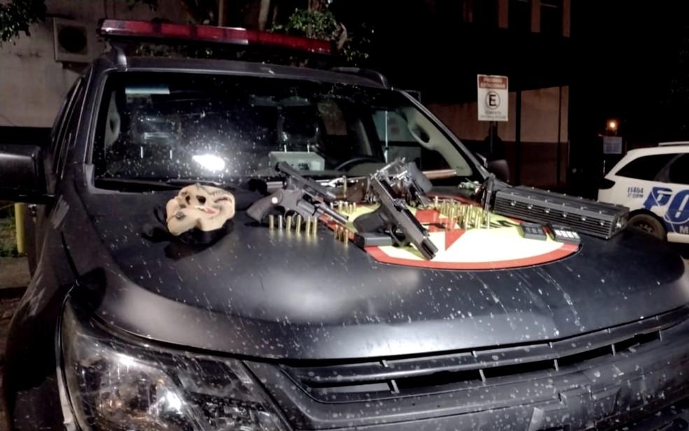 Armas e um bloqueador de sinal foram apreendidos pela polícia, em Luziânia — Foto: Danilo Moreira\TV Anhanguera