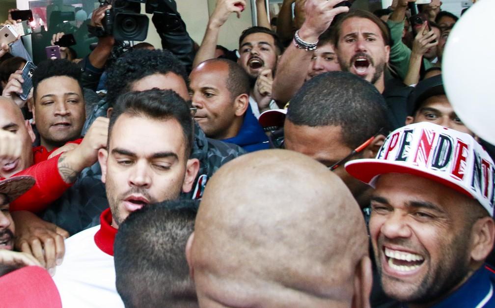 Daniel Alves entre os torcedores do São Paulo — Foto: Marcelo Gonçalves / Estadão Conteúdo