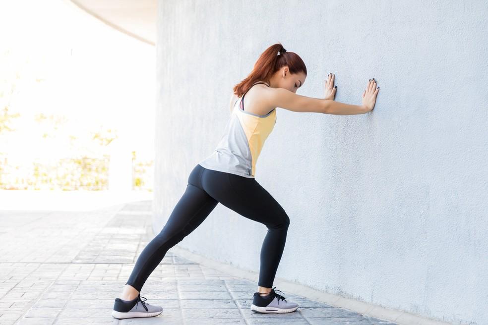 Alongamento para o músculo da panturrilha com joelho reto — Foto: Istock Getty Images