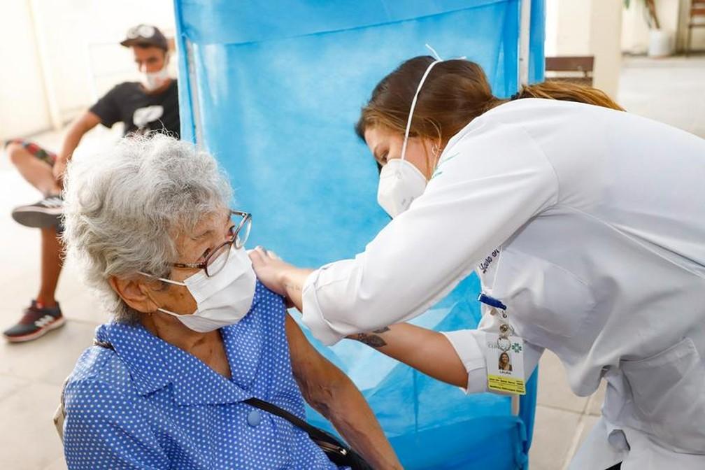 Vacinação de idosos contra a Covid em Porto Alegre — Foto: Cristine Rochol/PMPA