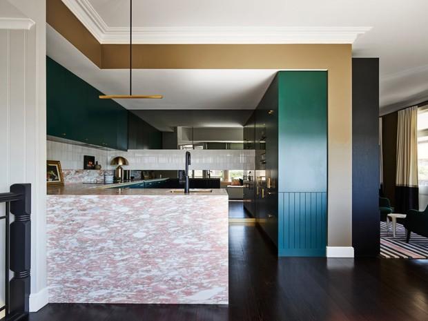 Décor do dia: cozinha com armários verdes e bancada de mármore rosa (Foto: Anson Smart)
