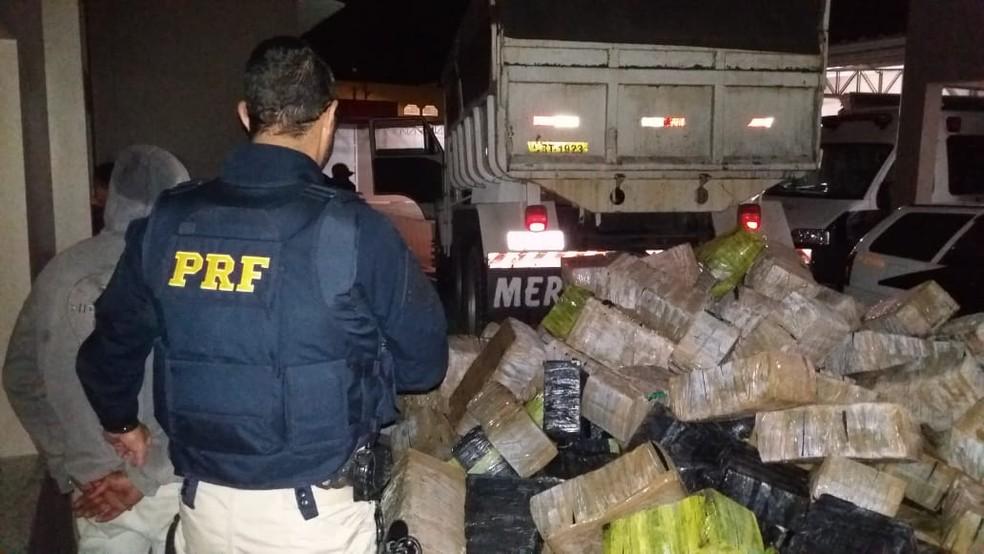 Quase 4 toneladas de maconha foram apreendidas em Cajati, SP (Foto: Divulgação/PRF)