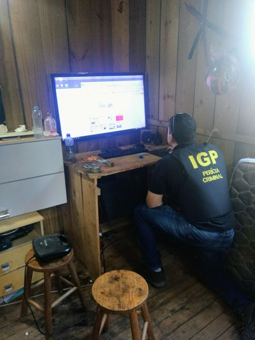 Policiais periciaram computadores no cumprimento de mandados em SC (Foto: Polícia Civil/Divulgação)