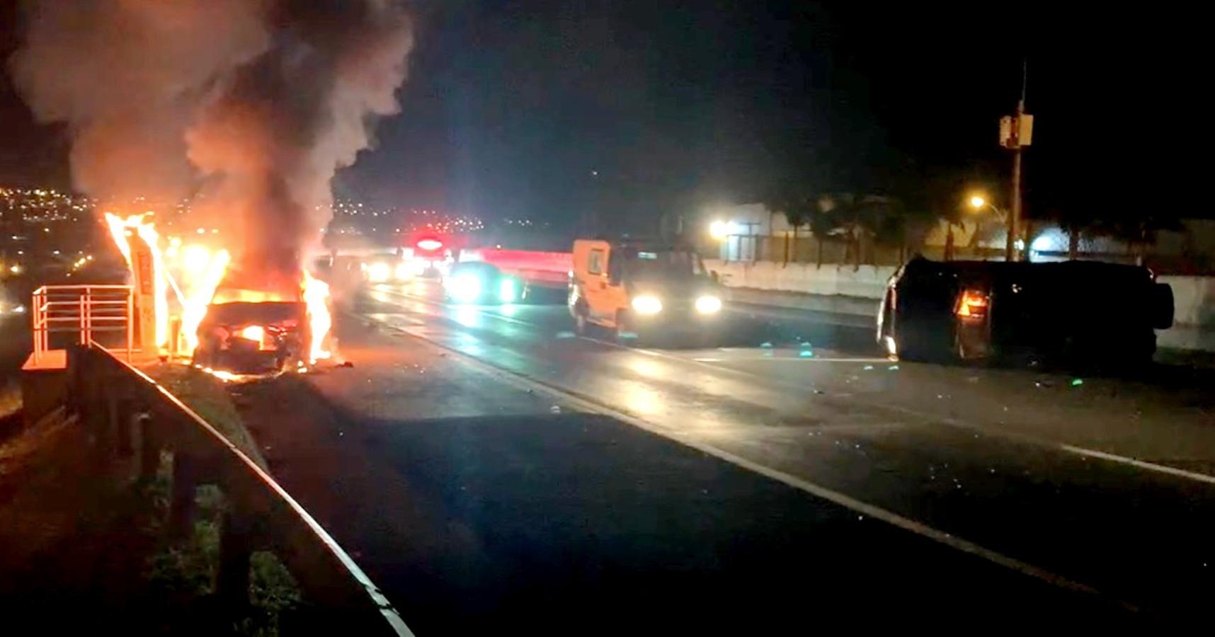 Carro pega fogo após atingir traseira de outro veículo em rodovia de Jaú