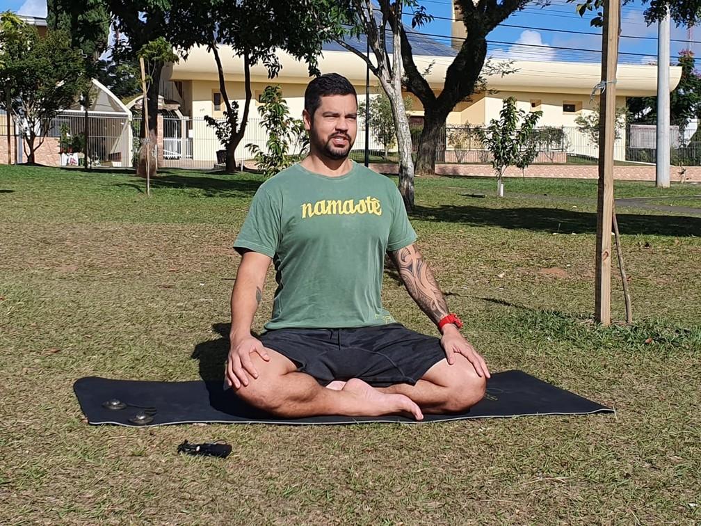 Yoga auxilia no autoconhecimento, é o que diz o professor Silvio Lopes — Foto: Amanda Menezes