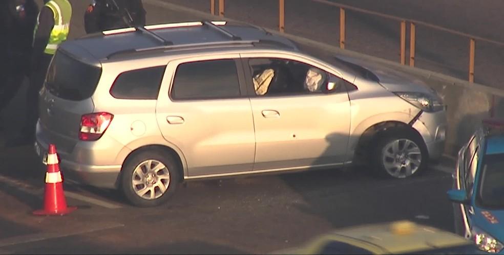 Carro do policial, com marcas de tiros, na Linha Amarela na manhã desta quinta-feira (1º) — Foto: Reprodução/TV Globo