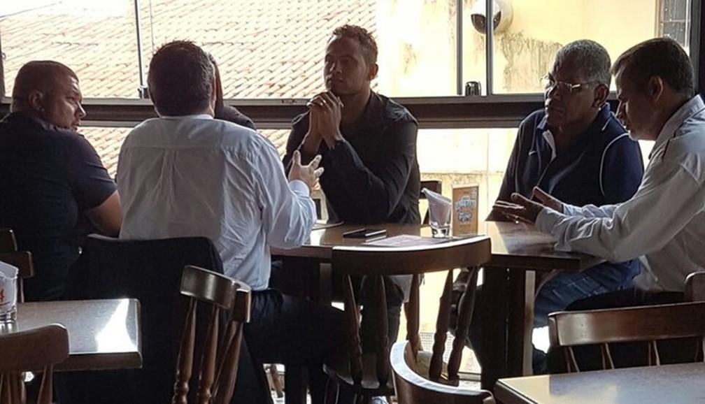 Bruno Fernandes em almoço com diretoria do Boa Esporte — Foto: Reprodução/EPTV