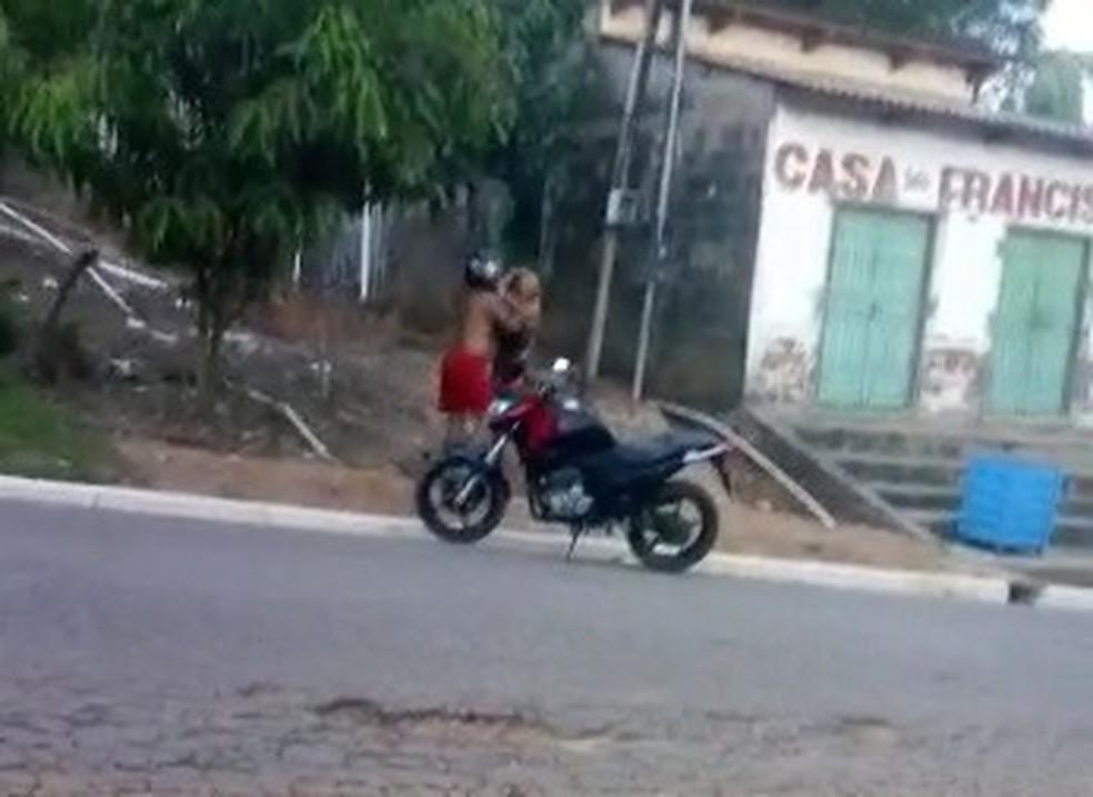 Vídeo flagrou um marido agredindo mulher com tapas e puxões de cabelo em Sena Madureira — Foto: Reprodução