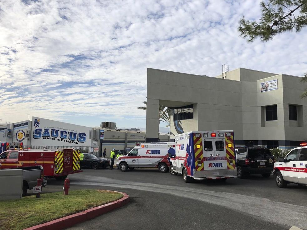 Ambulâncias foram estacionadas do lado de fora da escola de ensino médio Saugus, em Santa Clarita, na Califórnia, depois de um tiroteio nesta quinta (14). — Foto: Marcio Jose Sanchez/AP