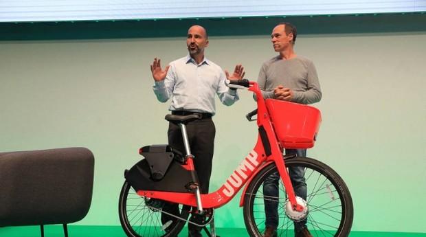 Em uma conferência em Berlim, Dara Khosrowshahi, presidente executivo do Uber, anunciou a entrada do serviço de aluguel de bicicletas na Europa. (Foto: Reprodução/Estadão)
