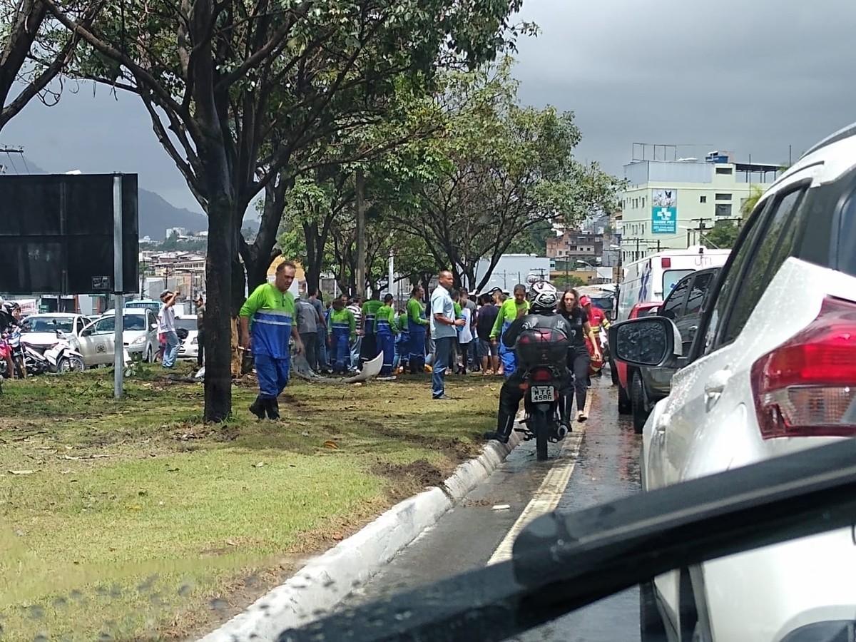 Carro de reportagem capota e deixa três feridos em Cariacica, ES - G1