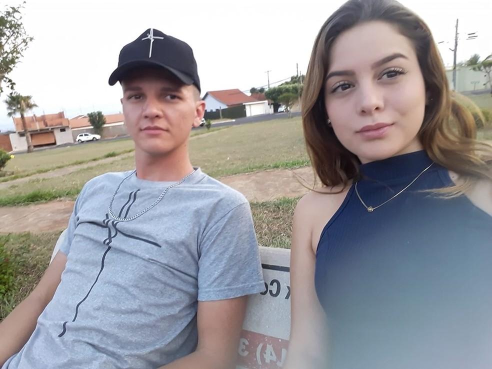 Felipe Henrique, de 23 anos, e Sara Cristina, de 17, foram enterrados no Cemitério Municipal de Bocaina — Foto: Facebook/ reprodução