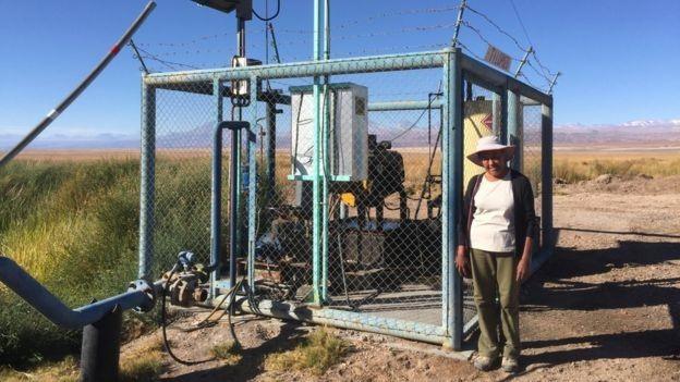 Sara diz que as duas empresas de mineração usam bombas como esta para ter acesso à água doce (Foto: via BBC News)