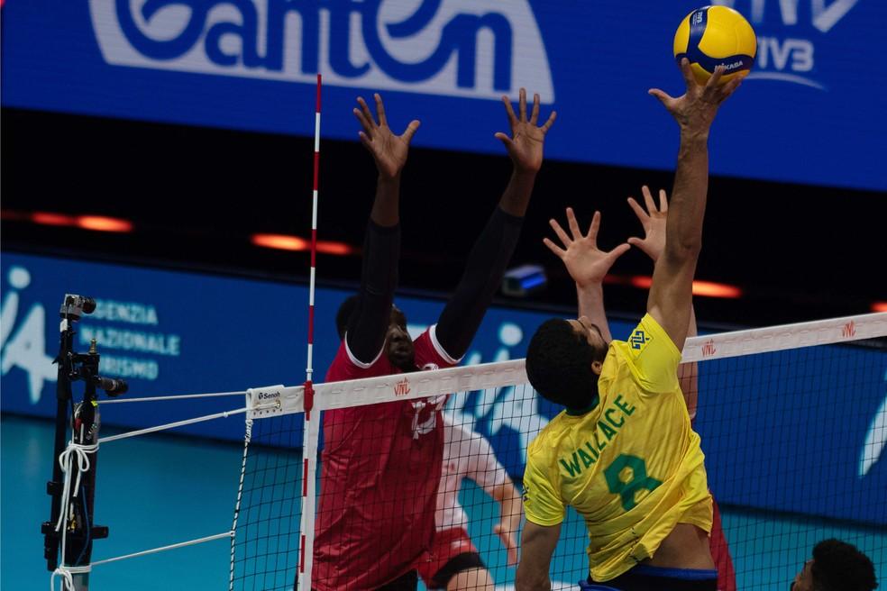 Wallace no jogo entre Brasil e Canadá — Foto: FIVB