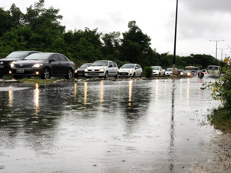 Chuva causa congestionamento na Av. João Medeiros Filho, uma das mais movimentadas da Zona Norte de Natal — Foto: Mariana Rocha/Inter TV Cabugi