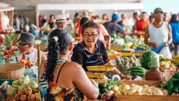 Comprar produtos naturais e cozinhar mais são chaves para emagrecimento e manutenção de peso, diz nutricionista, mas não é preciso excluir processados completamente (Foto: GETTY IMAGES via BBC)