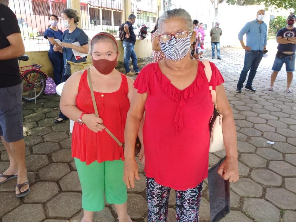 Idosa levou neta com síndrome de Down para receber primeira dose do imunizante em Rio Branco — Foto: Lidson Almeida/Rede Amazônica