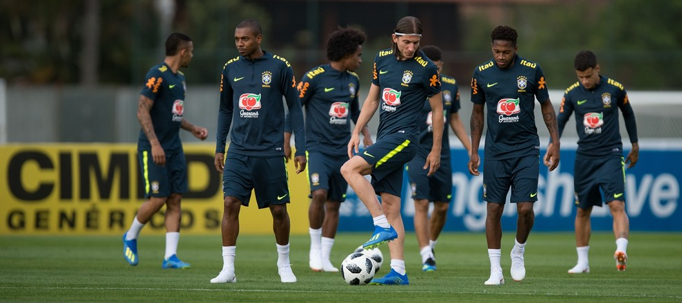 Filipe Luis com a bola e outros jogadores da Seleção (Foto: Pedro Martins/MoWA Press)