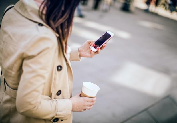 Celular na rua ; smartphone ; mensagem de texto ;  (Foto: Thinkstock)